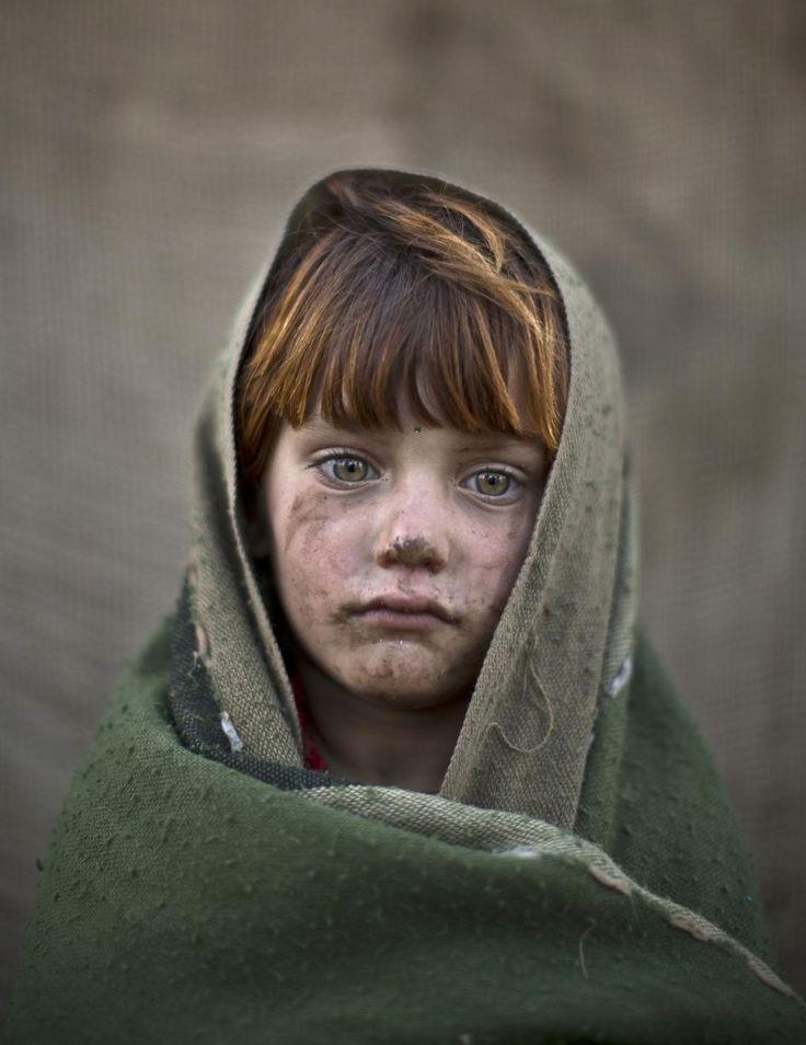 La mirada de los niños afganos refugiados. Laiba Hazrat. La pequeña Laiba Hazrat, de 6 años, retratada en un suburbio de las afueras de Islamabad (Pakistán). Desde que EEUU invadió Afganistán en 2001, millones de afganos han buscado refugio en Pakistán. (GTRES) Ver más en: http://www.20minutos.es/fotos/actualidad/la-mirada-de-los-ninos-afganos-refugiados-10171/#xtor=AD-15&xts=467263