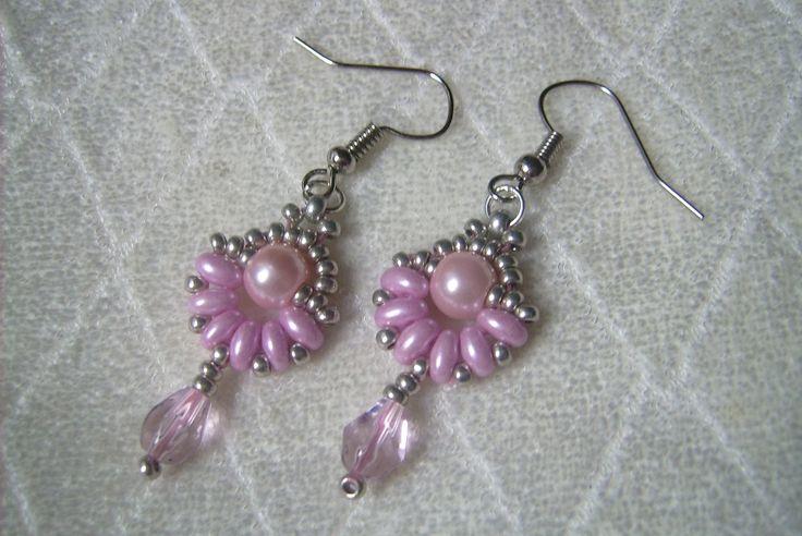 Rózsaszín és ezüst gyöngyös fülbevaló. 390.-Ft.
