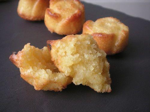 Namandier :  Pour 8 personnes ou env. 40 mini bouchées - Préchauffez votre four à 200°C (th.6/7) Fouettez ensemble dans un saladier les 4 oeufs et 140g de sucre pour obtenir un mélange homogène. Ajoutez ensuite 100g de beurre fondu, puis 200g d'amandes en poudre. Versez le tout dans un moule à gâteau beurré (ou en silicone). Enfournez 20 minutes. Laissez refroidir et dégustez.