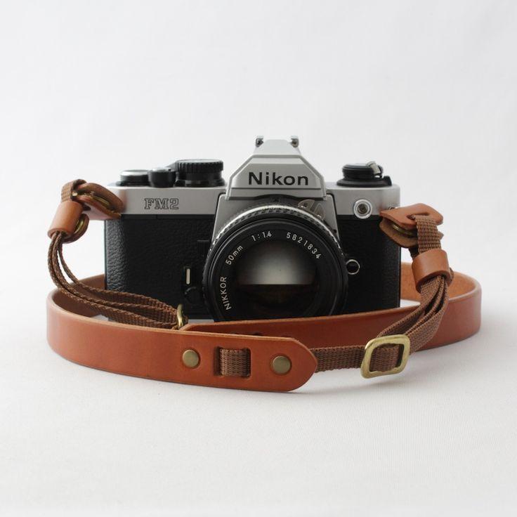 使い込むたびに味わい深くなるベジタブルタンニンレザーの質感を活かしたシンプルな革のカメラストラップです。