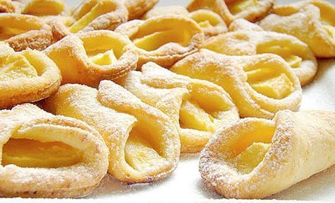 Jednoduché křehké koláčky plněné jablky. Vynikající jednohubky, které zvládnou připravit i začátečnice v pečení.