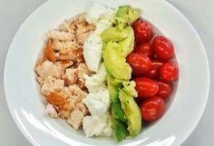 De ideale werklunch, lekker, snel te maken en gezond, deze salade met gerookte kip, avocado, mozzarella en kerstomaat. Echt een van mijn favorieten!