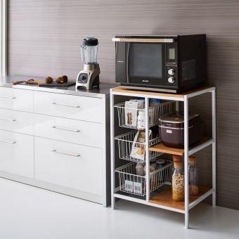 圧迫感のない収納ラックが、北欧テイストの上質なキッチン空間を演出。オーク材とスチール角パイプの上品な組み合わせで、お気に入りのキッチン家電も美しく映えます。
