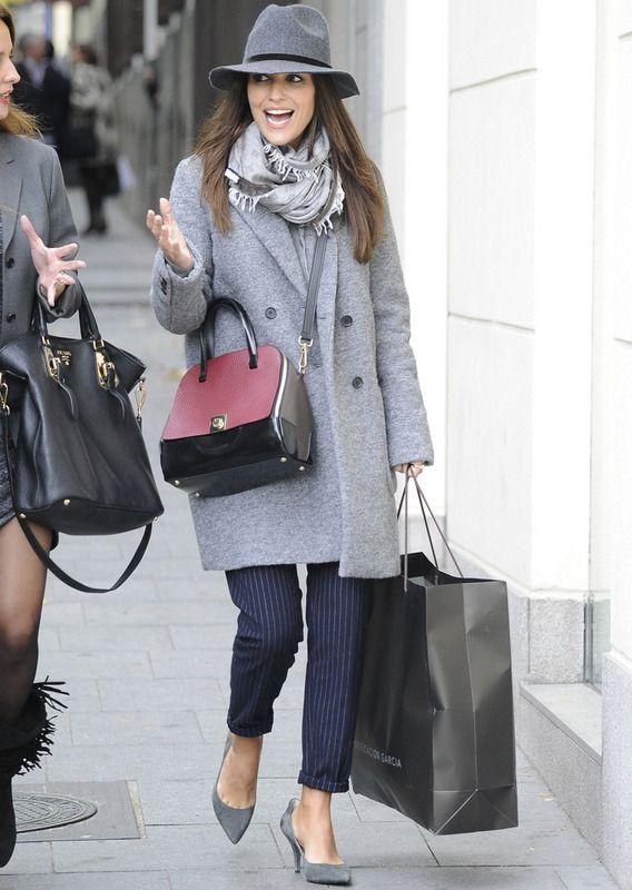 Nuestra blogger Paula Echevarría elige unos pantalones de raya diplomática de H&M con abrigo de Zara, zapatos de Michael Kors para Cool the Sack, bufanda de Escada Sport, sombrero de Mango y bolso de Furla Bilbao.