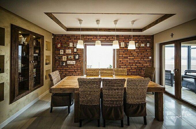 Rozkładany stół ze starych desek, łączonych na kliny. Całość dopełnia rama nad stołem – również produkt naszej Manufaktury. Ścianę zdobią płytki Regalia wykonane z rozbiórkowejcegły gotyckiej, ręcznie formowanej i wypalanej na słońcu, .