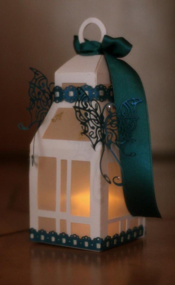 Elegante e lussuosa lanterna elaborata in pregiata carta goffrata, delicate farfalle filigranate su carta perlata dai riflessi cangianti, merletti nella medesima carta e nastri in raso.  Agli estremi delle farfalle troviamo degli swarovski che sottolineano dei punti luce e delle iniziali fatte a mano con speciale vernice oro.  NON POSSONO DAVVERO MANCARE SULLE TAVOLE E GLI ALLESTIMENTI DEI VOSTRI EVENTI PIU' IMPORTANTI!
