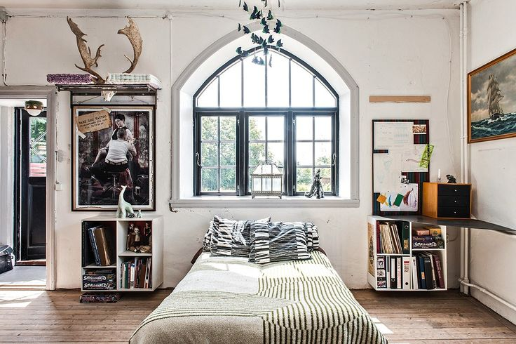 Vackert sovrum med dörr ut till altanen