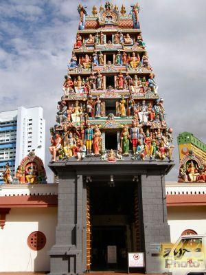 ヒンドゥー教寺院の門、カラフルな銅像が一際目を引きます。スリ・マリアマン寺院。シンガポール 旅行・観光のおすすめスポット!