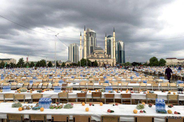 #интересное  Самый массовый в России ифтар прошел в Грозном (8 фото)   1 июля на центральной площади Грозного состоялся самый массовый в России ифтар (вечернее разговение во время священного месяца Рамадан). Здесь было накрыто 2 500 столов, общей протяженностью в 18 �