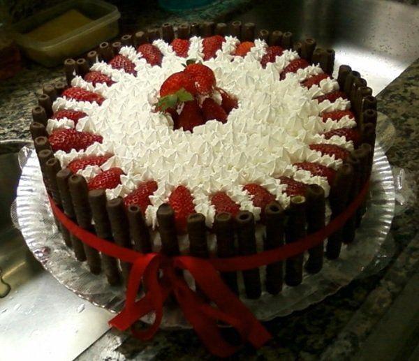 O Bolo de Aniversário Sensação é um bolo de aniversário fácil de fazer e que vai agradar todos os seus convidados. Não perca tempo e anote já a receita!