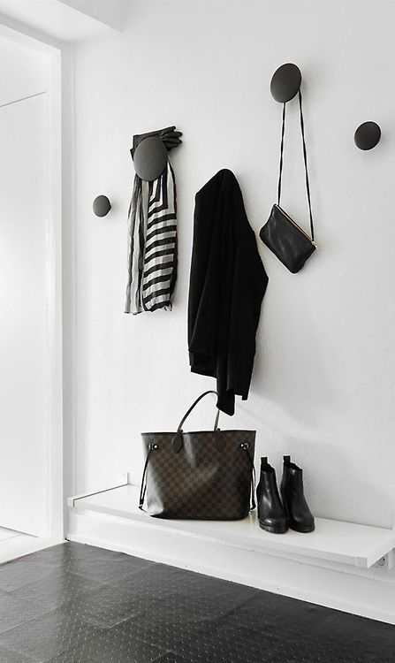 Snyggt, minimalistiskt... MUUTO - Set of 5 Hooks Dots http://www.smallable.com/coat-racks-and-wall-hooks/18473-set-of-5-hooks-dots-black-noir.html