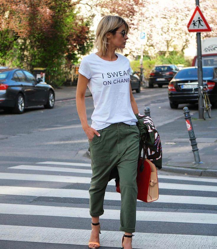 Street style verde caqui y camiseta con mensaje