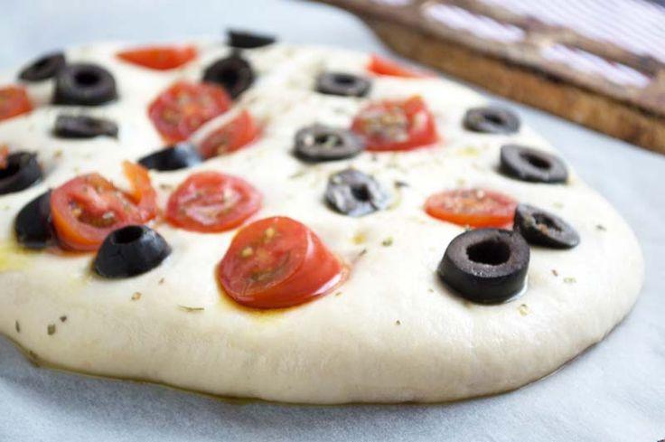 Ein wunderbares #Fladenbrot aus Hefeteig ist dieses Rezept für Focaccia mit Oliven und Tomaten.