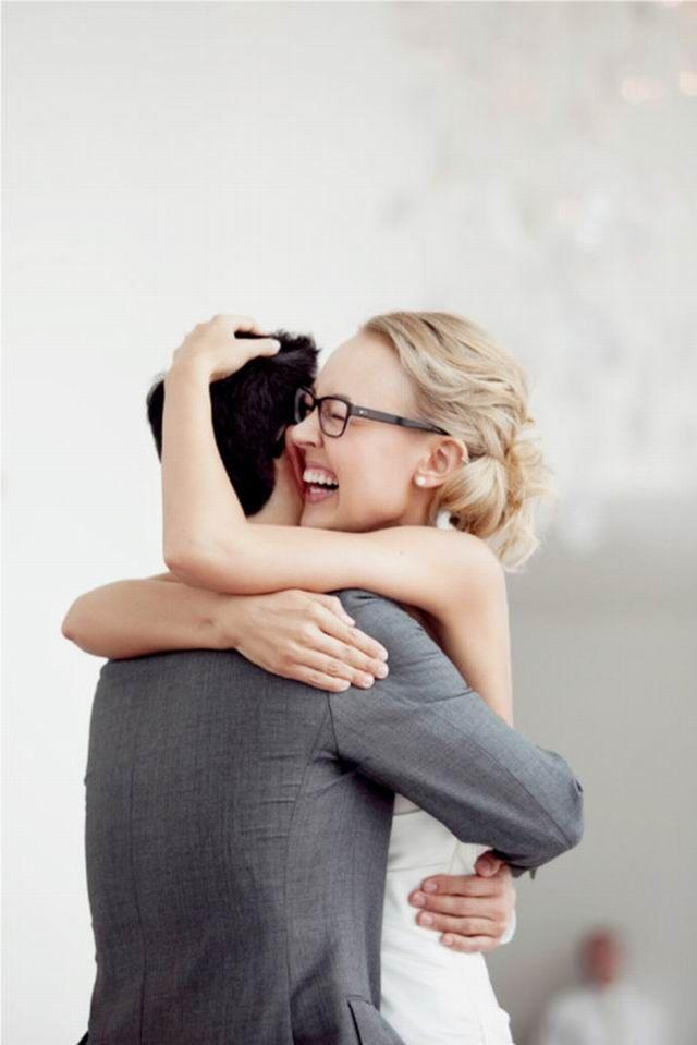 A férfinál a fontos dolgok kívül vannak, a nőknél pedig belül. A férfi megkeményedik, a nő lággyá válik. A férfi behatol, a nő befogad. És mindenek felett: a férfi ad, a nő pedig elfogad. Miközben elfogad, átváltozik és átalakít. Végül sokszorosát adja vissza annak, amit kapott, és ő csak azt adhatja vissza, megsokszorozva, amit korábban már elfogadott.