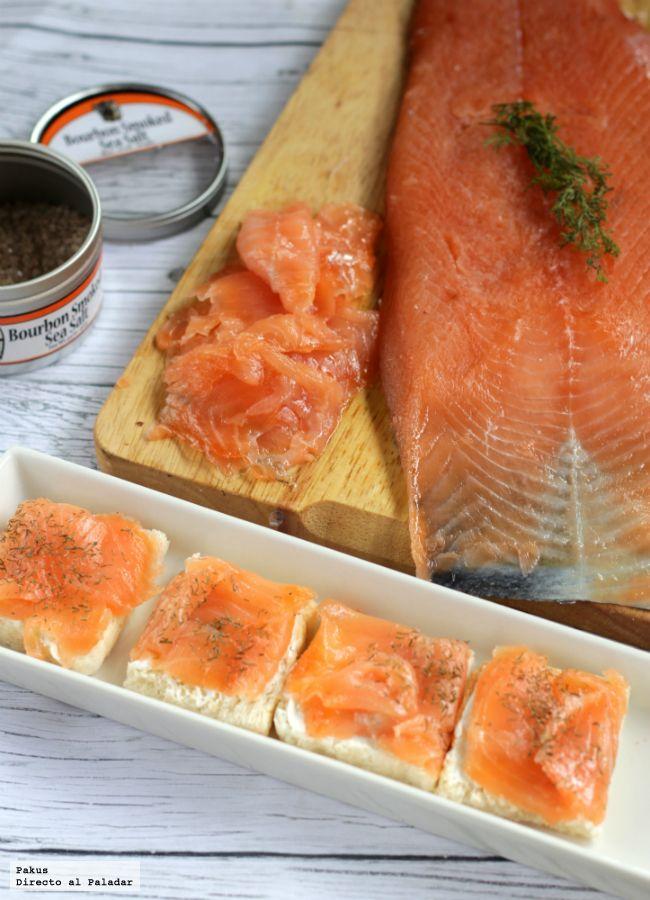 Me encantan las recetas que nos permiten hacer platos caros de forma muy económica en casa. Y si quedan tan ricos como este salmón ahumado casero...