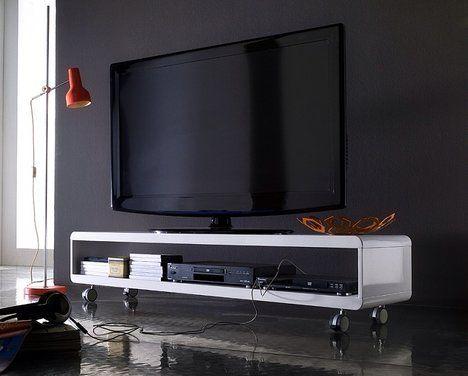 TV stolek Move v inovativním designu má oblé hrany v bílé barvě s vysokým leskem. Cena 9990 Kč; Moderní Interiér