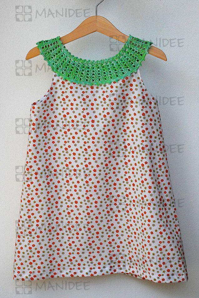 Vestito per bambine in stoffa di puro cotone con scollo lavorato a mano all'uncinetto.