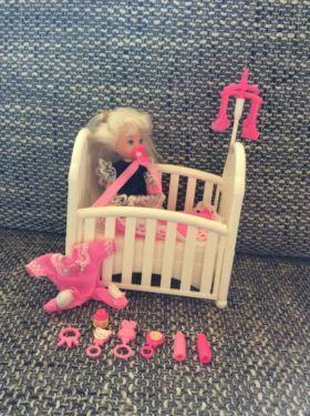 Ich verkaufe eine gebrauchte Barbie mit Zubehör (wie auf dem Foto). Sie weist die gewöhnlichen Gebrauchsspuren einer Barbie auf.Zubehör:Bett (zusammenklappbar)Stramplerzwei FlaschenSchnullerSpielzeugVersand ist möglich (1,45€).Ich habe noch weitere Barbiepuppen im Angebot (siehe meine Anzeigen).