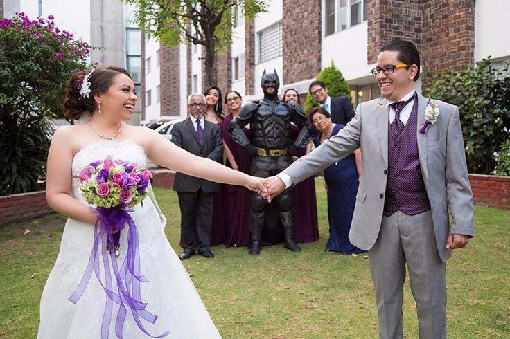¡Un invitado muy especial!  ¡Mira la boda completa aquí!  Bodas.com.mx 💕  📸Cin San Photography  #Wedding #bodas #batman #bodasoriginales