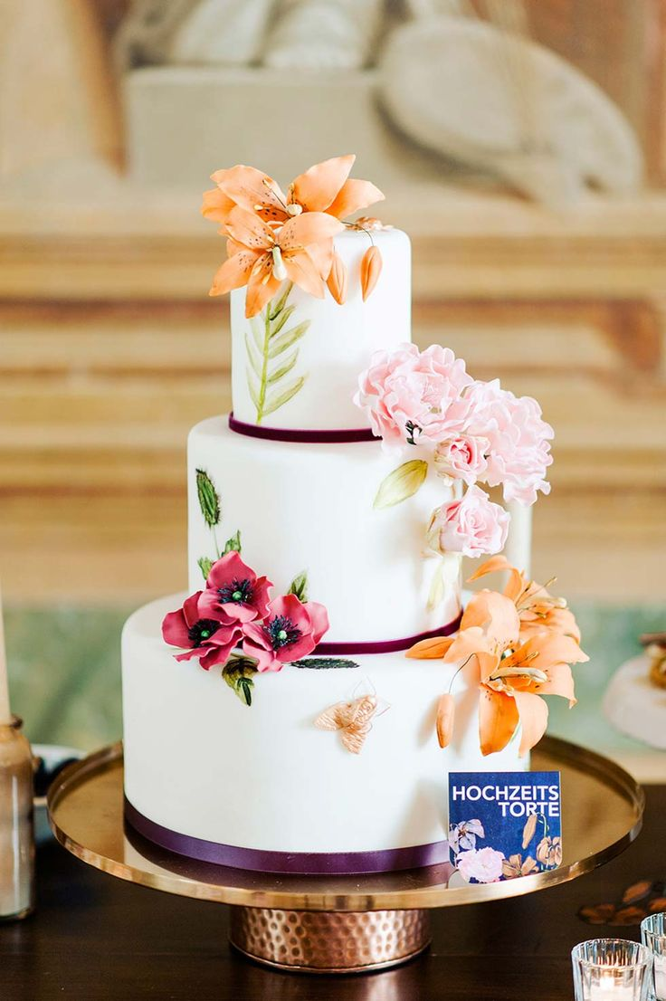 Weiße #Hochzeitstorte mit echten Blumen ♡                                                                                                                                                                                 Mehr