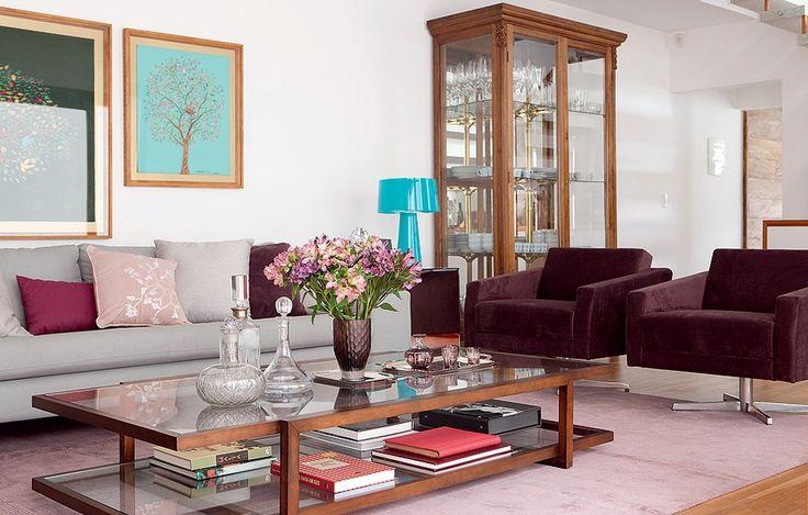 """Azul e roxo dão um colorido discreto ao projeto do arquiteto Thiago Passos. A cristaleira antiga foi um achado na rua Cardeal Arcoverde. """"Não gostamos de muitos armários na cozinha, queríamos guardar taças e pratos na sala"""", conta a moradora Manuela"""