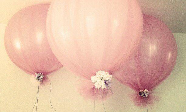Op Pinterest staan de mooiste plaatjes van ballonnen met tule. Het lijkt gemakkelijk na te maken, maar er zit een addertje onder het gras. Lees dus eerst even deze DIY, zodat je toffe decoratie niet eindigt in een #weddingfail.