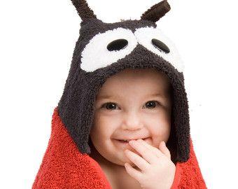 Bella is 30 x 54 inch en is vol met monkey business voor kleine degenen leeftijden 0 tot en met 7 jaar oud.  Ieder nieuwsgierig kereltje zal balk om deze bruin, fuzzy vriend voor bad tijd, zwemmen tijd of tijd spelen. De banden van een lint rond haar midden en kan een gunstige houden baby lotion, bad bubbels, body wash, shampoo, badkuip markeringen of zelfs zonnebrandmiddelen. Ze is zeker een hit te houden de stemming vrolijke baby douches, verjaardagsfeestjes, kerstochtend of andere…