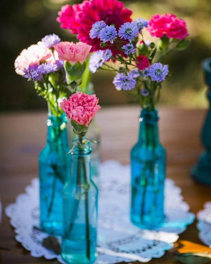 {#dicaQCQD} Garrafas com flores são fáceis de fazer, econômicas e ainda dão um charme na decoração do seu noivado, chá ou casamento! Pode apostar! ❤️🌷 www.quemcasaquerdicas.com 📷 Agência Uai  #decoração #decoracaodecasamento #garrafasdecoradas #quemcasaquerdicas