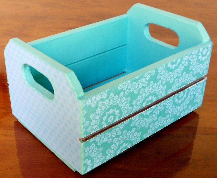 Este mini caixote tanto serve para decorar colocando pequenos vasinhos, velas, como uma peça para se adicionar uns sabonetes ou sachês e dar de presente. Ao lado da cama faz a vez de bandejinha colocando itens como cremes, celular, porta-óculos, remédios e outros objetos à mão. <br>MATERIAL USADO: <br>- peça em mdf <br>- forrado com papel decorativo <br>- pintura à mão <br>Limpeza, cuidados e maiores informações, acesse POLÍTICAS DA LOJA <br>Obrigada!