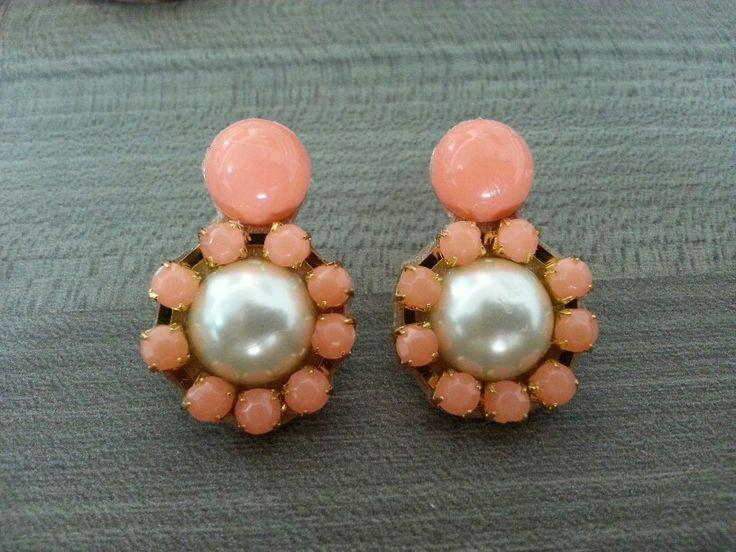 Mini zarcillos en strass salmon con perlas. Delicada y elegante. Buscanos en instagram @meraki_complementos y Facebook Meraki Complementos