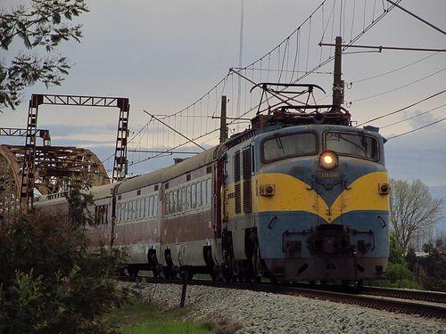 Expreso del Sur. Tren especial comandado por la E-3020, saliendo del puente sobre el río Ñuble