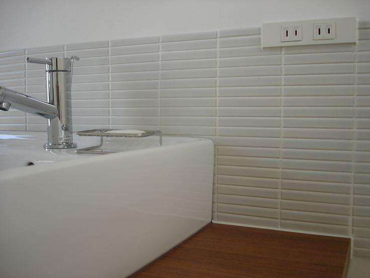 サニタリーの壁タイルは、名古屋モザイクのIPボーダー。 ホワイトと商品名は書いてあったけれど、グレーっぽい。 洗面台の陶器と比べると、その差が分かる。