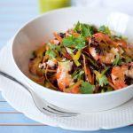 Il riso nero si unisce ai gamberi per creare un primo piatto buono e bello che lascerà piacevolmente stupiti i vostri ospiti. Prova la ricetta di Sale&Pepe.