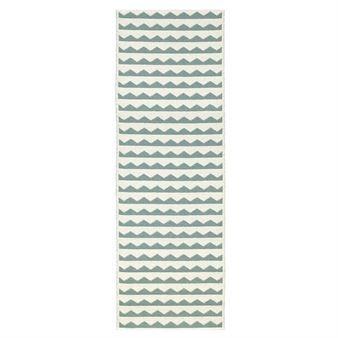 Gittan ist ein netter Plastikteppich von Brita Sweden, der mit seinem Retromuster in der Farbstellung aqua/weiß eine Bereicherung fürs Zuhause ist. Da dieser Teppichläufer nach dem Jacquard-Verfahren gewebt wird, hat er beim Wenden dasselbe Muster in gegensätzlicher Farbkonstellation. Gittan Plastikteppich enthält weder Schwermetalle noch giftige Weichmacher, und ist damit ein in Schweden hergestellter, wohngesunder Teppich.