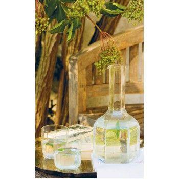 Flädersaft med citronmeliss och mynta är lika god att blanda med vatten som den är som smaksättare i drinkar och desserter.