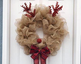 Esta corona de Navidad rústica seguro acogerá a los huéspedes a su hogar esta temporada. Es muy sencillo, limpio, y rollo rústico, seguramente va ser adorado por todo el mundo que lo ve.  Esta corona se hace en una forma de guirnalda alambre, arpillera de yute natural 100%, oraments robusto rústico copo de nieve que se hacen para parecer madera, un cartel de Noel que está hecho de una vieja receta de cocina, y un blanco personalizado y chevron impresión arco que reúne la corona entera. Esta…