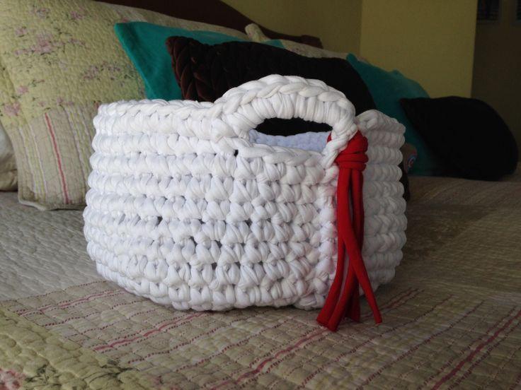 Canasto blanco a trapillo , tejido con crochet.