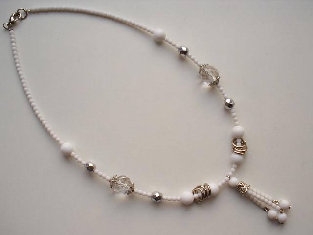 Collar corto de cristal y separadores plateados