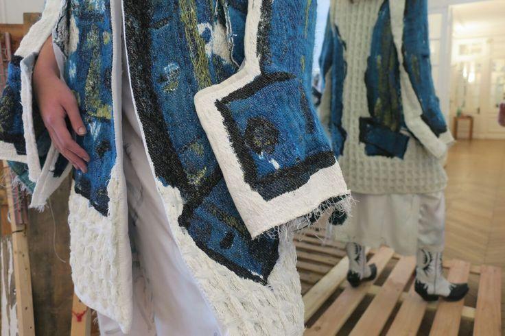 Lotte van Dijk werd in 2016 geselecteerd voor de techniek weven om een deel van haar collectie te komen ontwikkelen en produceren in het TextielLab. In 2017 studeert zij af als Master of Fashion Design aan de kunstacademie Artez in Arnhem. We bezochten haar atelier in Arnhem en volgden haar weg naar Parijs, waar ze tijdens de Paris Fashion Week haar collectie presenteerde in Atelier Néerlandais.