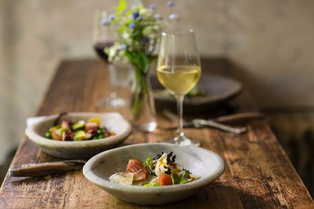 Ein leichter Sommersalat: Hüttenkäse mit Kurkuma und Schnittlauch, gerösteter Rhabarber und marinierte Gurke. Entwickelt von Chefkoch Thomas Sampl