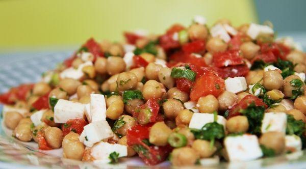 Frisk kikærtesalat med forårsløg, tomat og feta
