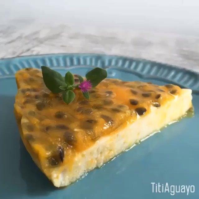 Cheesecake de Maracuyá Ingredientes: 1. Cuatrocientos gramos de queso cottage 2. Treinta gramos de gelatina sin sabor 3. Cuatro claras de huevo 4. Endulzante a gusto (yo usé media taza de @tagatosa.chile ) 5. Cuatrocientos gramos de pulpa de maracuyá 6. Dos cucharadas soperas de esencia de vainilla Instrucciones: 1. Hidratar la gelatina liquida con media taza de agua hirviendo  2. Batir las claras hasta obtener merengue  3. Agregar el Endulzante y luego la gelatina de a poco  4. Mezclar el…