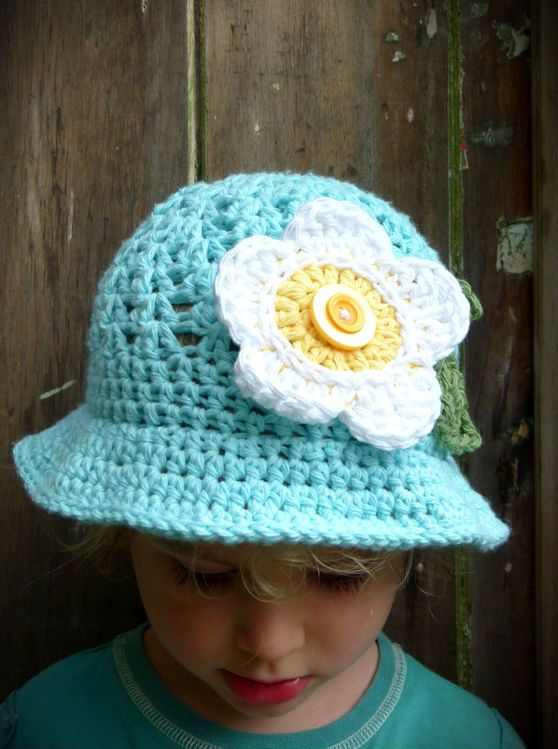 Gorgeous duck-egg blue sun hat with a giant white & yellow daisy with double button detail and sage green leaves. 100% cotton. Handmade in Aotearoa NZ. www.facebook.com/thelittlebeenz www.etsy.com/shop/thelittlebeenz