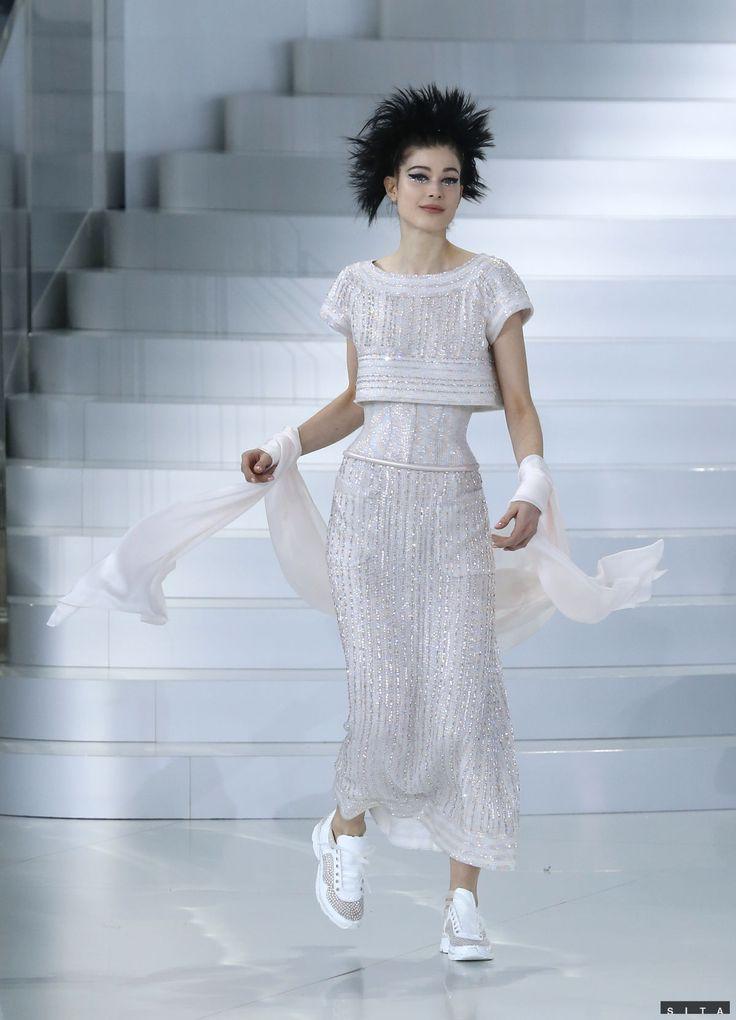 Nenútené a dievčenské boli modely z najnovšej kolekcie Chanel Haute Couture, ktoré dizajnér Karl Lagerfeld doplnil teniskami.