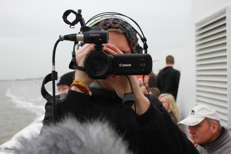 """Beim starken Seegang muss Simon die Kamera besonders gut festhalten. Ansonsten heißt es: """"Technik über Bord!"""""""