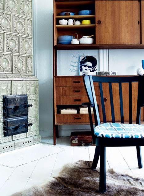Marskandiser og stylist Dede Ingerslev har indrettet sin etværelses med klassisk design fra 50'erne og 60'erne og har arvet flere af sine absolutte yndlingsmøbler fra sin designbegejstrede mormor og morfar. Se her, hvordan de gamle møbler bliver brugt i Dedes skarpe retrostil.