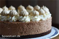 Svampet og lækker chokoladebund, luftig chokolademousse, flødeskum og…