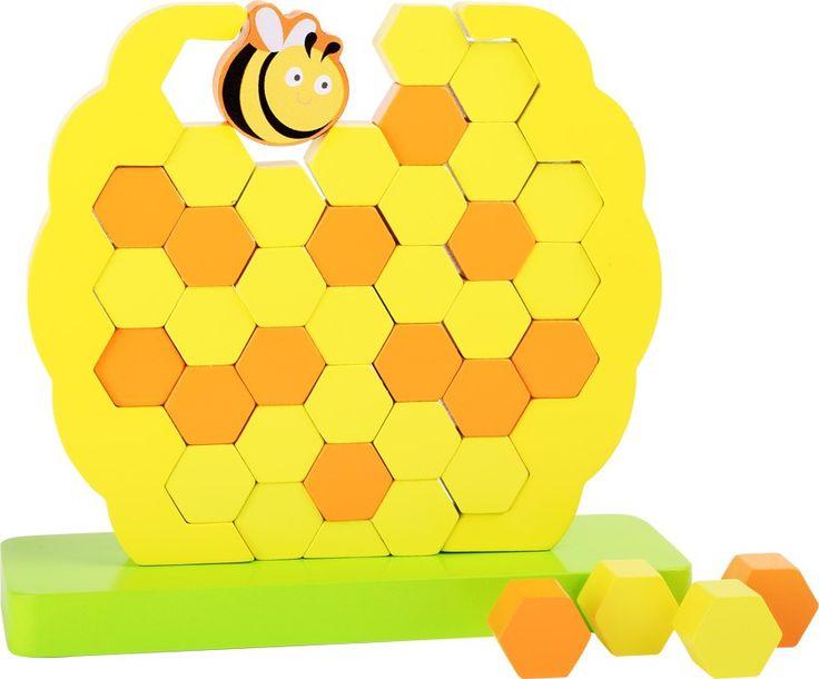 Mit diesem Motorikspielzeug baut jedes Kind seinen eigenen individuellen Bienenstock. Wabe für Wabe wird gestapelt, bis die Biene aus Holz zufrieden ist! Ein tolles Gesellschaftsspiel um die Hand-Auge Koordination zu trainieren. Bienenstock ca. 21 x 7 x 20 cm, Biene ca. 4 x 2 x 4,5 cm