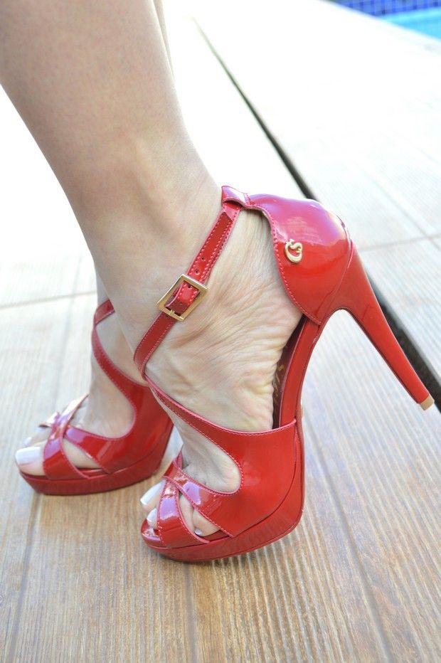 Sandália vermelha que chegou com tudo nesta temporada! As tiras delicadas e femininas receberam um toque de glamour com o brilho envernizado e o salto poderoso combina perfeitamente com produções mais sofisticadas. ❤️