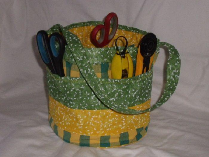 Textilní košíček Košíček na šicí potřeby,nebo pro děti na školní potřeby bavlna,vyztužený vatelínem uvnitř 4 kapsičky z venkovní strany 4 kapsičky velikost výška 20cm,průměr 24cm praní na 40